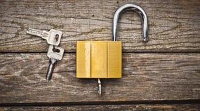 Um fechamento novo com chaves em uma tabela de madeira o conceito da proteção da propriedade Vista superior Fotografia de Stock