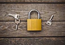 Um fechamento novo com chaves em uma tabela de madeira o conceito da proteção da propriedade Vista superior Fotos de Stock