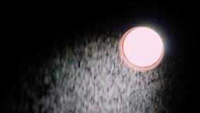 Um feixe de luz direcional e de uma chuva fina na frente dele Em um fundo preto video estoque