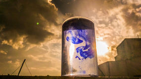 Um fenômeno da difusão da tinta azul fotografia de stock royalty free
