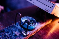 Um ferro de solda com uma movimentação de CD imagem de stock