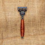 Um ferro e lâmina de madeira na lona Vista de acima fotografia de stock