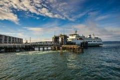 Um ferryboat esse parque no terminal que espera para partir de Mukilteo à ilha de Whidbey em um inverno bonito Sunny Morning imagens de stock royalty free