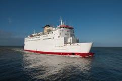 Um ferryboat no mar, no curso e no transporte Imagem de Stock
