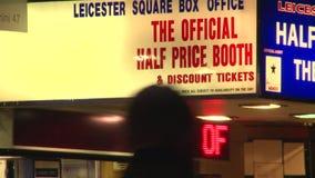 Um fim acima da bilheteira assina no quadrado de Leicester iluminado na noite filme