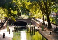 Um fim acima da folha em um dia ensolarado no canal St Martin em Paris Imagem de Stock