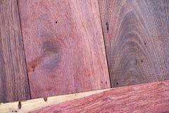 Um fim acima da seção do fundo vermelho aromático de Cedar Lumber Wooden fotos de stock royalty free