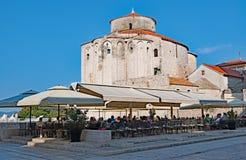 Um fim acima da vista atrás do fórum, na cidade velha de Zadar, Croácia imagem de stock