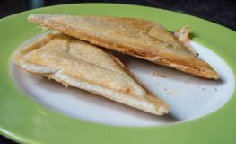 Um fim acima da vista de um sanduíche brindado em uma placa imagem de stock royalty free