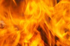 Um fim acima de chamas vermelhas intensas em um fogo blurry fotografia de stock