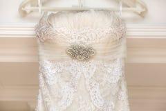 Um fim acima de um vestido de casamento com uma grande curva de seda foto de stock
