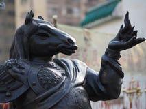 Um fim acima de uma das 12 estátuas do zodíaco no Wong Tai Sin Temple em Hong Kong imagens de stock royalty free
