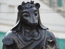 Um fim acima de uma das 12 estátuas do zodíaco no Wong Tai Sin Temple em Hong Kong fotografia de stock royalty free