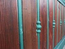Um fim acima de uma porta de aço moderna coberta por alguns painéis de madeira Fotografia de Stock