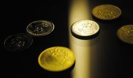 Um fim acima do olhar de dispersa moedas imagens de stock