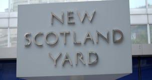 Um fim acima do tiro do sinal novo de Scotland Yard, Londres Inglaterra filme