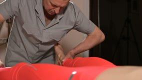 Um fisioterapeuta masculino faz um procedimento manual do diagnóstico para um paciente da moça Osteopathy e não-tradicional video estoque