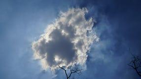 Um flutuador da nuvem preta no céu imagens de stock royalty free