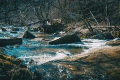 Um fluxo efervescente do rio foto de stock