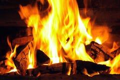 Um fogo agradável com carvões em um fim do lugar do fogo imagens de stock royalty free