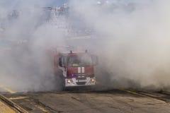 Um fogo atravessa um fogo pesado de um fogo Imagem de Stock