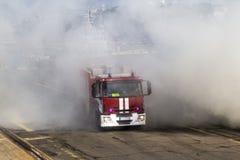Um fogo atravessa um fogo pesado de um fogo Fotografia de Stock Royalty Free