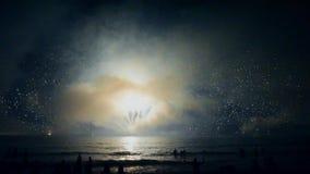 Um fogo de artifício bonito da noite ilumina o céu Shevelev vídeos de arquivo