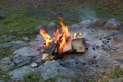 Um fogo pequeno em uma noite do verão fotos de stock