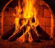 Um fogo queima-se em uma chaminé imagens de stock