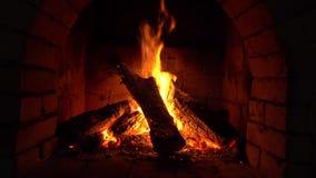 Um fogo queima-se em uma chaminé, fogo para manter-se morno vídeos de arquivo