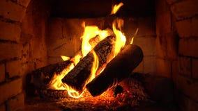 Um fogo queima-se em uma chaminé, fogo para manter-se morno video estoque