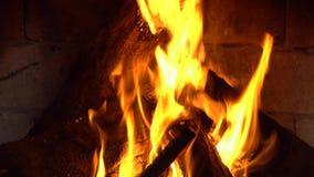 Um fogo queima-se em uma chaminé, fogo para manter-se morno filme