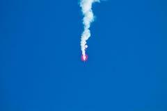 Um foguete vermelho e um céu azul fotografia de stock