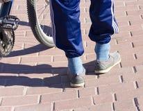 Um formulário moderno do ciclista da rua da roupa Foto de Stock