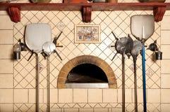 Um forno madeira-despedido da pizza imagem de stock royalty free