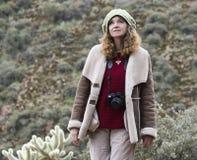 Um fotógrafo bonito Walks no deserto foto de stock royalty free
