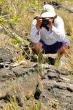 Um fotógrafo e uma iguana marinha fotos de stock