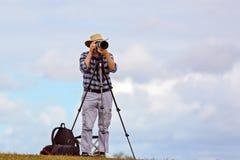 Um fotógrafo masculino superior Pursuing His Hobby na aposentadoria foto de stock royalty free
