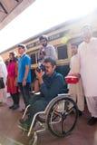 Um fotógrafo novo inválido aprecia um trem de Azadi e captura Fotos de Stock Royalty Free