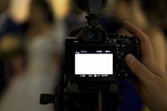 Um fotógrafo, um fotógrafo ou um journalista refletem um evento interno da câmera fotos de stock royalty free