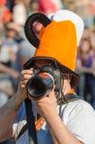 Um fotógrafo profissional da câmera disparou em um relatório do carnaval e em um festival do humor e da sátira em Gabrovo, Bulgár imagem de stock