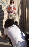 Um fotógrafo que fotografa um convidado durante a semana de moda de New York Foto de Stock
