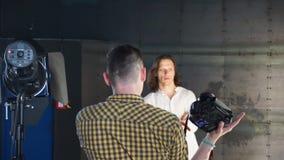 Um fotógrafo toma imagens do homem de cabelos compridos filme