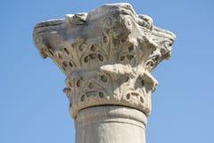 Um fragmento da coluna grega contra o céu azul imagem de stock royalty free