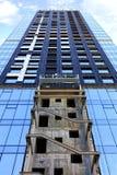 Um fragmento da fachada de uma casa sob a construção, uma construção moderna está sendo construído, a vista é dirigido para cima imagem de stock