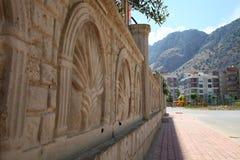 Um fragmento da parede de pedra modelada no dia de verão ensolarado Imagem de Stock Royalty Free