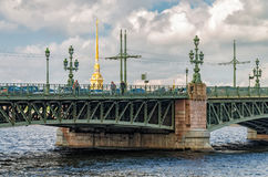 Um fragmento da ponte da trindade de Troitsky imagens de stock