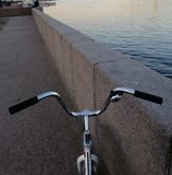 Um fragmento de minha bicicleta e do mar imagens de stock royalty free