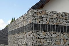 Um fragmento de uma cerca feita de um gabion Fotos de Stock