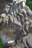 Um fragmento de uma estátua de madeira velha de uma cabra imagens de stock
